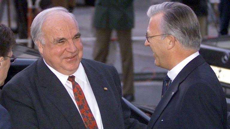 Der ehemalige Bundeskanzler Helmut Kohl wird am 19.1.2000 vom Chef der Handelskammer in Hamburg, Nikolaus Schues,  begrüßt. Kohl war am 18.1.2000 von seinem Amt als Ehrenvorsitzender der CDU zurückgetreten. (Foto: dpa Bildfunk, (c) dpa - Bildfunk / Kay_Nietfeld)