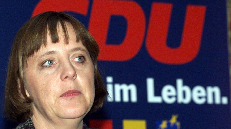 Die Generalsekretärin der CDU, Angela Merkel, am 10.12.1999 bei einer Pressekonferenz in der Bundesgeschäftsstelle in Berlin (Foto: picture-alliance / Reportdienste, (c) dpa - Fotoreport / Wolfgang Kumm)