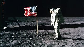 "Edwin ""Buzz"" Aldrin auf dem Mond neben der US-Flagge am 20. Juli 1969 (Foto: picture-alliance / Reportdienste, Nasa)"