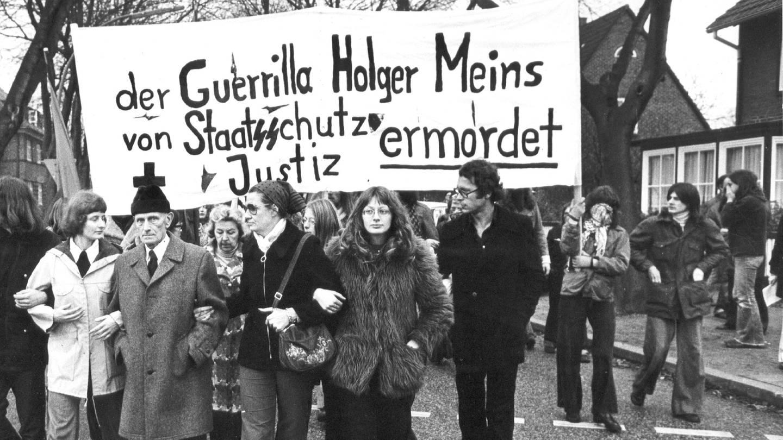 Nach der Beerdigung des am 9. November 1974 an den Folgen eines Hungerstreiks gestorbenen RAF-Terroristen Holger Meins am 18. November 1974 formierte sich ein Demonstrationszug. Zweiter von links Pfarrer Helmut Ensslin, der Vater der RAF-Terroristin Gudrun Ensslin. Meins wurde in Hamburg beerdigt. (Foto: picture-alliance / Reportdienste, picture-alliance / dpa)