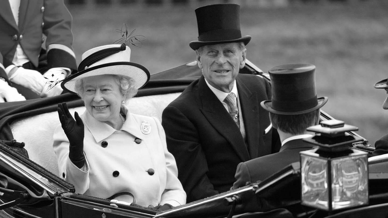 Prinz Philip an der Seite seiner Frau Queen Elisabeth in einer Kutsche