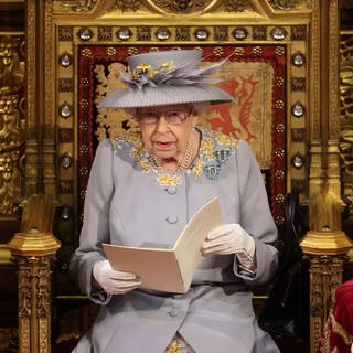 Erster Auftritt der Queen nach Tod von Prinz Philip. Die britische Königin Elizabeth II. hält während der Eröffnung des Parlaments im Palace of Westminster in London eine Rede im House of Lords. (Foto: picture-alliance / Reportdienste, Picture Alliance)