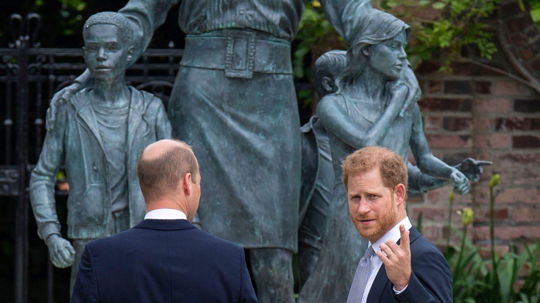 Der britische Prinz William (links) und Prinz Harry während der Enthüllung einer Statue, die sie ihrer Mutter Diana, Prinzessin von Wales, im Sunken Garden im Kensington Palace, London, an ihrem 60. am 1. Juli 2021.