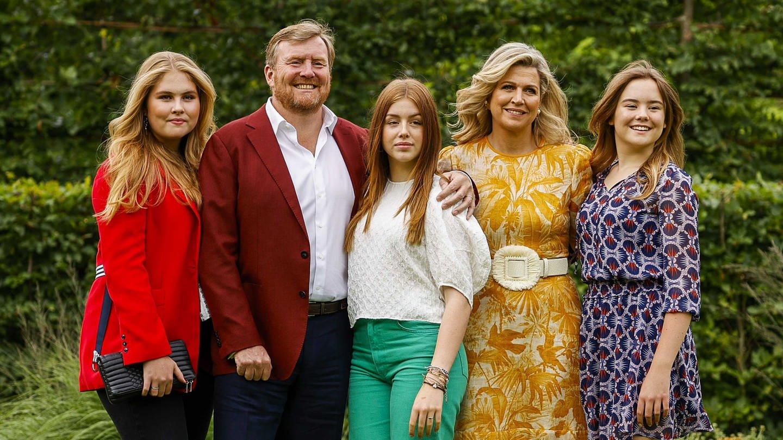 Die niederländische Königsfamilie mit Prinzessin Catharina-Amalia (l-r), König Willem-Alexander, Königin Maxima, Prinzessin Alexia und Prinzessin Ariane steht im königlichen Schloss