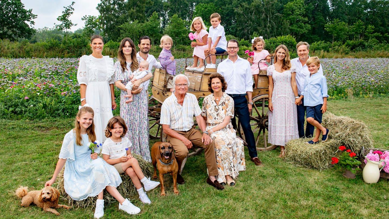 Die schwedische Königsfamilie posiert für das Sommerfoto 2021 und grüßt damit.