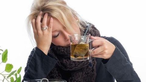 Eine Frau mit einer Erkältung und einer Tasse Ingwertee in der Hand. (Foto: Colourbox, Foto: Colourbox.de -)