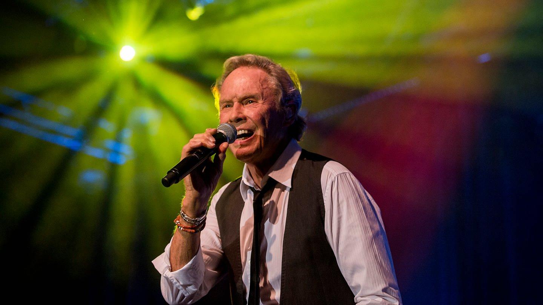Rock'n'Roll-Sänger Peter Kraus singt auf der Bühne (Foto: SWR, Torsten Silz)