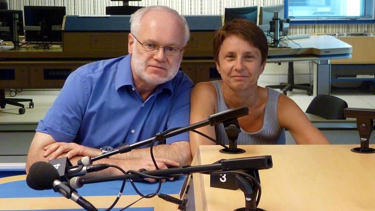 Doris Steinbeißer und Eberhard Reuß in der Hörfunkregie im Studio Mannheim-Ludwigshafen (Foto: SWR)