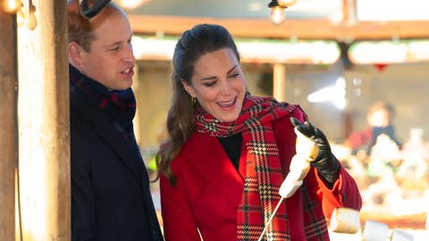 rinz William und Kate grillen Marshmallows (Foto: picture-alliance / Reportdienste, i-Images)