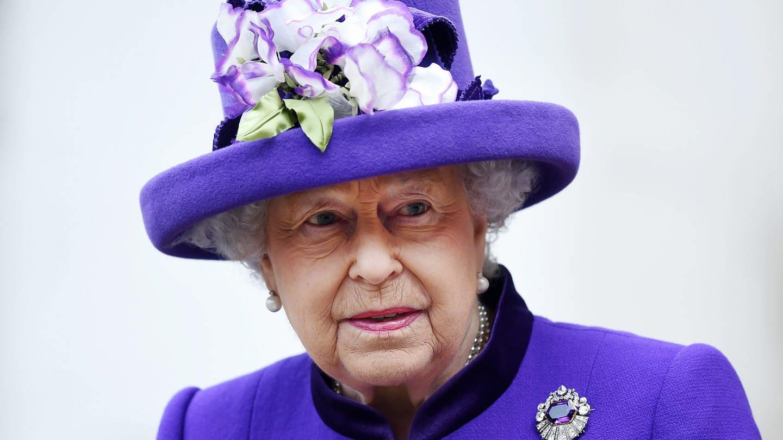 Königin Elizabeth II. trägt ein lilafarbenes Kostüm mit dem dazu passenden Hut (Foto: dpa Bildfunk, dpa)