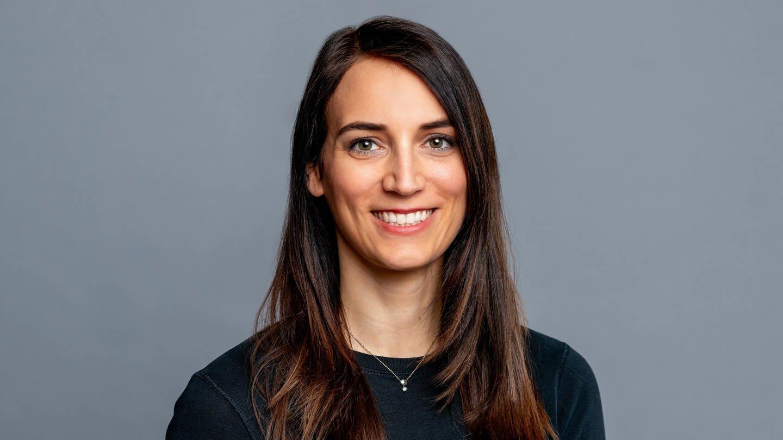 Porträtfoto der SWR4 Moderatorin Laura Czerny, die lächelt