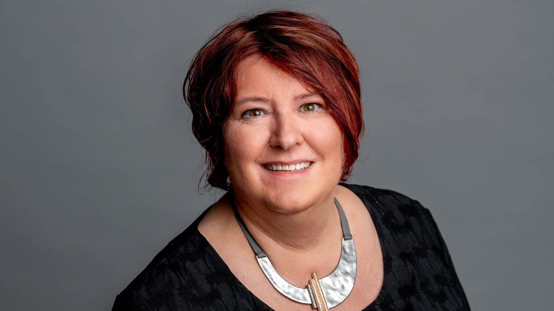 Porträtfoto der SWR4 Moderatorin Sabine Kühlwein, die lächelt