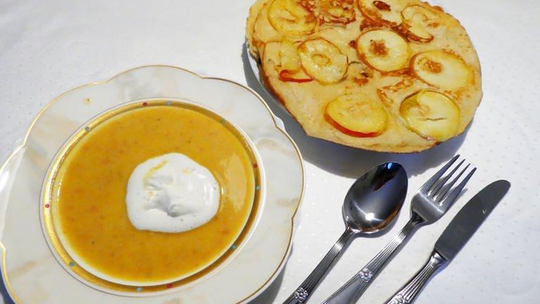 ein Teller mit Kürbissuppe mit einem Sahneklecks in der Mitte, daneben ein Teller mit einem Apfelpfannkuchen (Foto: SWR, SWR)