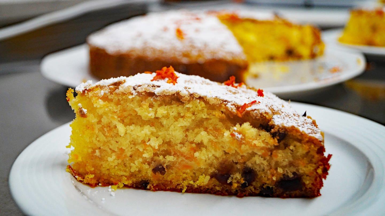 ein Stück trockener Kürbis-Kuchen auf einem weißen Dessert-Teller
