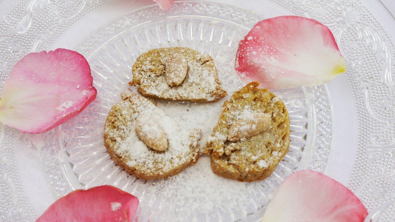 Glasteller mit hellen, runden Keksen mit Mandeln. Dazu Rosenblätter als Deko (Foto: SWR, SWR - Stefanie Kühn)