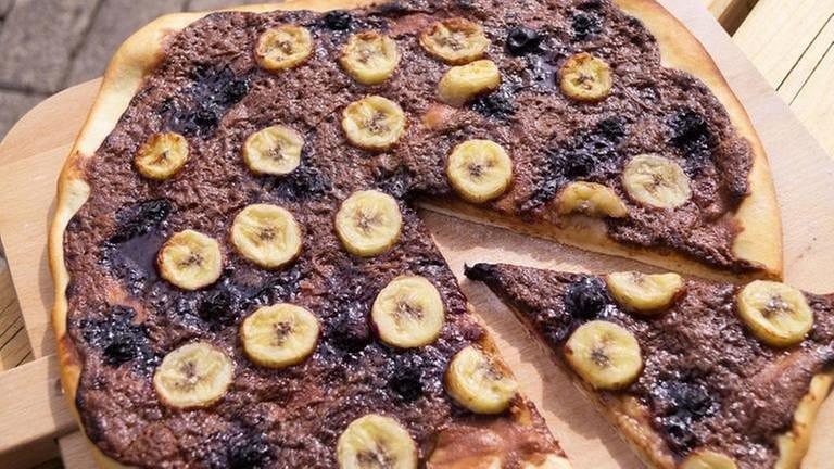 runder Flammkuchen mit Schokobelag und Bananen (Foto: SWR, Märte Burmeister -)