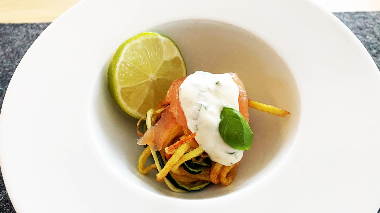 weißer Suppenteller mit Nudeln aus Kartoffeln mit einer Scheibe Limette und hellem Dip (Foto: SWR, Sibille Lozano)