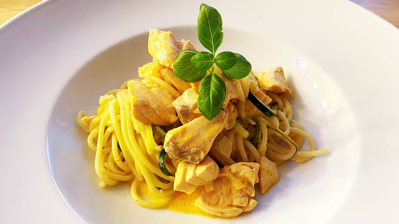 weißer Teller mit Nudeln aus Zucchini mit Lachs in heller Soße (Foto: SWR, Sibille Lozano)