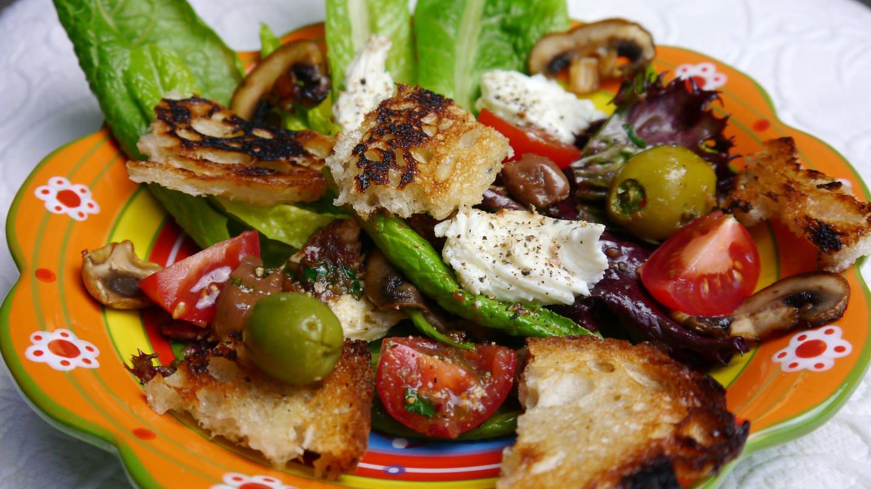 bunter Teller mit Salat mit Tomaten, Oliven und geröstetem Brot (Foto: SWR, Stefanie Kühn)