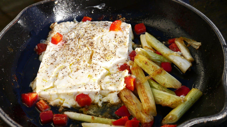gußeiserne Pfanne mit einem Stück Fetakäse und Gemüse dazu (Foto: SWR, Stefanie Kühn)