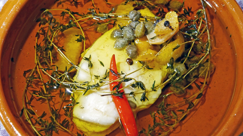 braune Tonschale mit Öl gefüllt, darin Kräuter und Gewürze und eine Hühnerbrust (Foto: SWR, Stefanie Kühn)