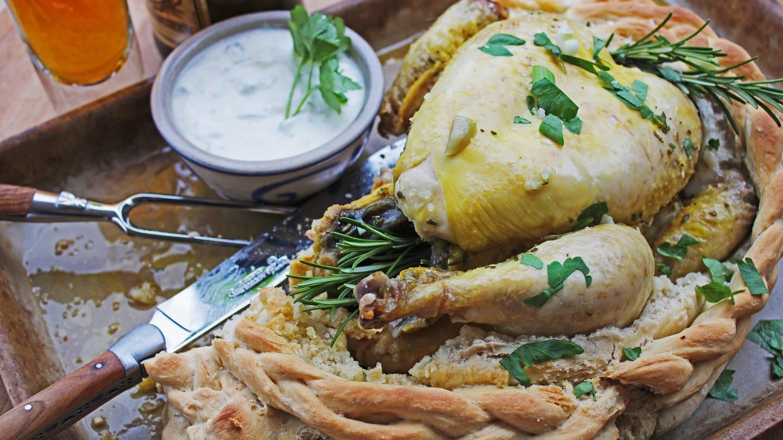 ganzes Huhn in Brotteig mit einem Töpfchen heller Soße daneben (Foto: SWR, Imogen Voth)