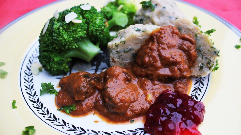 Teller mit Rehgulasch, Klößen und Broccoli und Preißelbeeren (Foto: SWR, Imogen Voth)