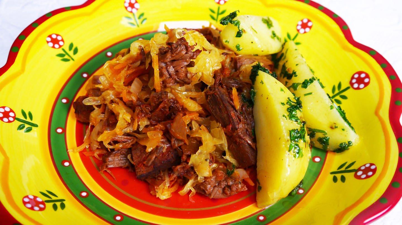 bunter Teller mit Szegediner Gulasch mit drei Kartoffeln dazu (Foto: SWR, Stefanie Kühn)