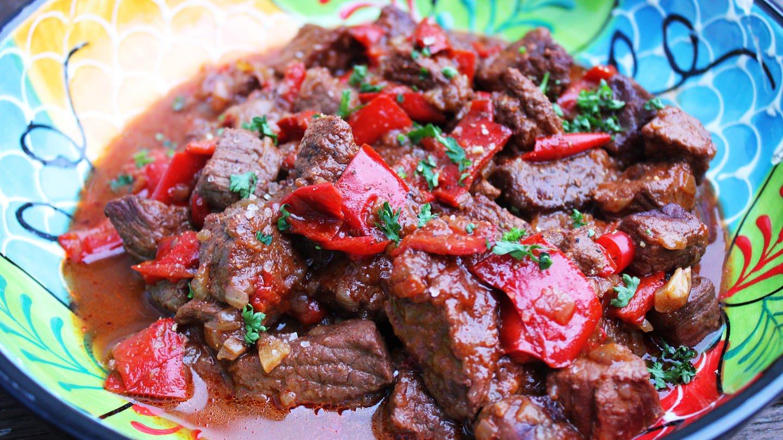 bunter Teller mit Rindergulasch mit roter Paprika und Petersilie bestreut (Foto: SWR, Imogen Voth)