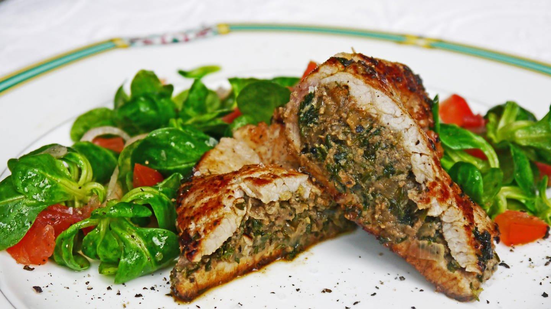 zwei dünne Kalbsschnitzel, gefüllt mit Pilzcreme, aufgeschnitten mit Salat dazu (Foto: SWR, Stefanie Kühn)