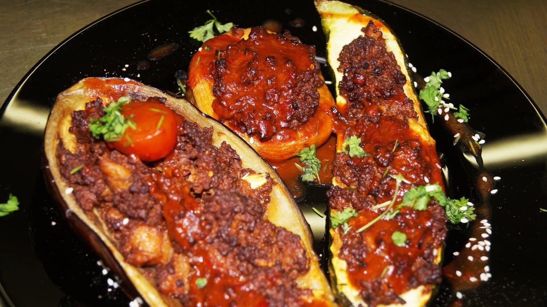 drei aufgeschnittene Auberginen mit Hackfleisch und Tomaten gefüllt (Foto: SWR, Raul Gomes)