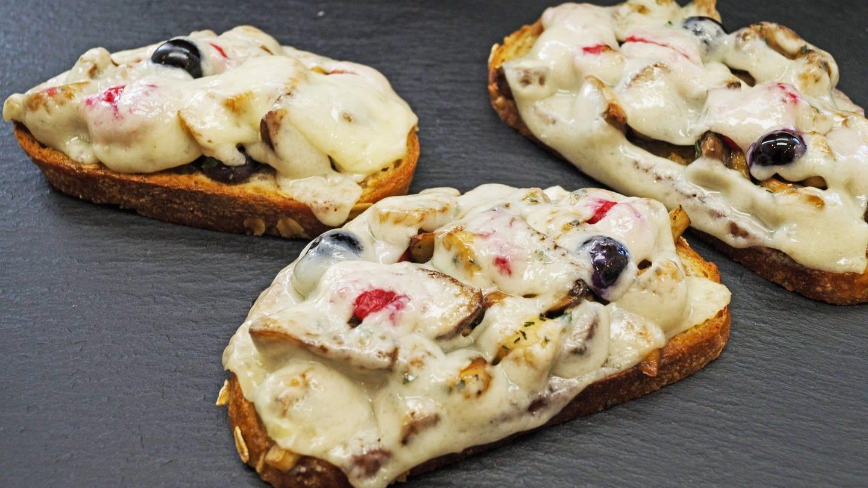 drei Scheiben baguette mit Tomaten und Oliven und Ziegenkäse überbacken (Foto: SWR, Märte Burmeister)