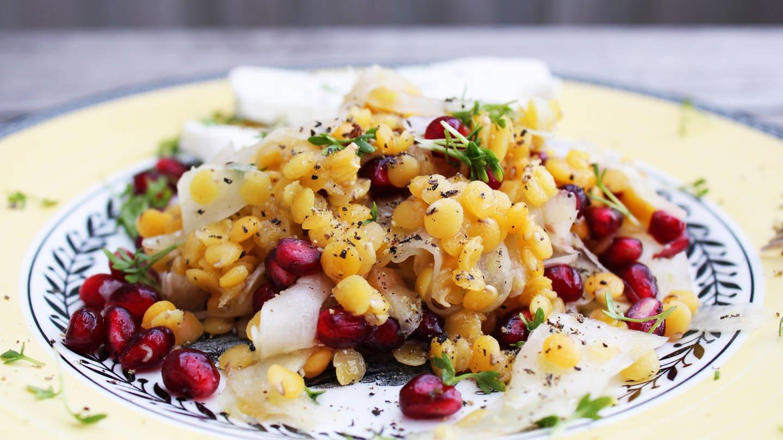gemusterter Teller mit Linsensalat mit Fechnel und Granatapfelkernen (Foto: SWR, Imogen Voth)