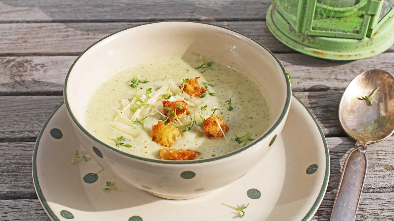 Suppentasse mit Zucchinisuppe mit Kräutern und Croutons, daneben ein silberner Suppenlöffel (Foto: SWR, Imogen Voth)