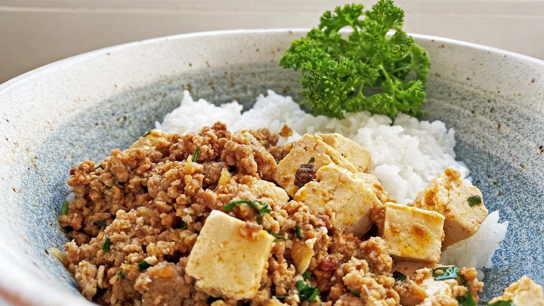 braune Soße mit Tofu zu Reis (Foto: SWR, Michael Lang)