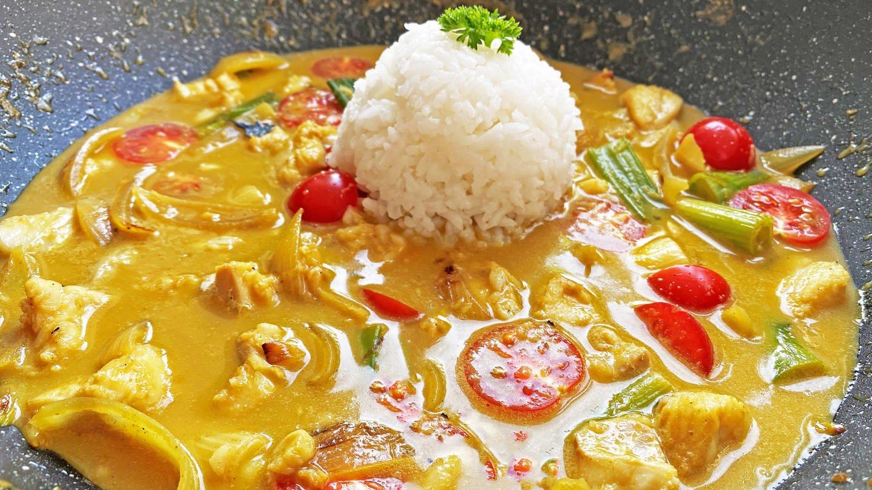thailändische Fisch-Curry-Soße mit einem Reisbällchen in der Mitte (Foto: SWR, Michael Lang)
