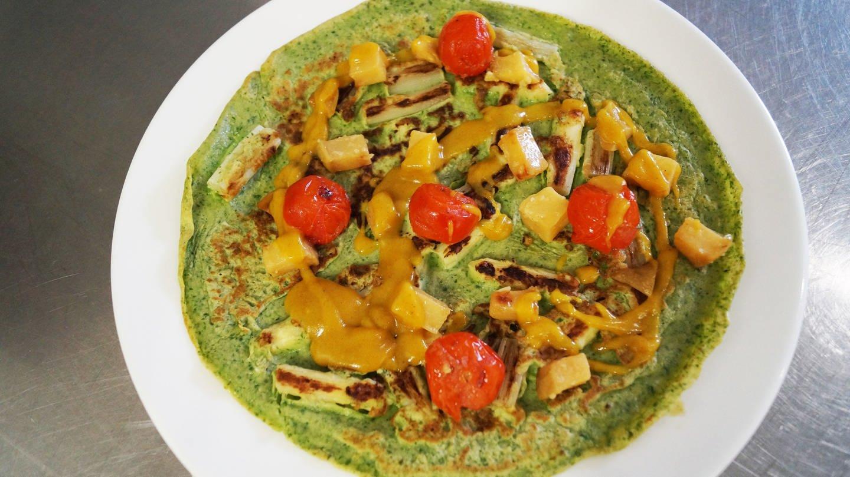 grünlicher Kräuterpfannkuchen mit Spargel, Mango, kleinen Tomaten und Currysoße obenauf (Foto: SWR, Katja Even)