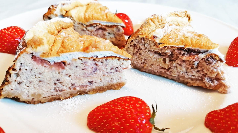 hellbrauner Kuchen mit Erdbeeren an der Seite und einem Teller mit Erdbeeren mit Sahne daneben (Foto: SWR, Stefanie Kühn)