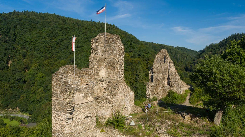 Wanderung Wäller Tour Iserbachschleife im Westerwald: Blick auf die Burgruine Isenburg
