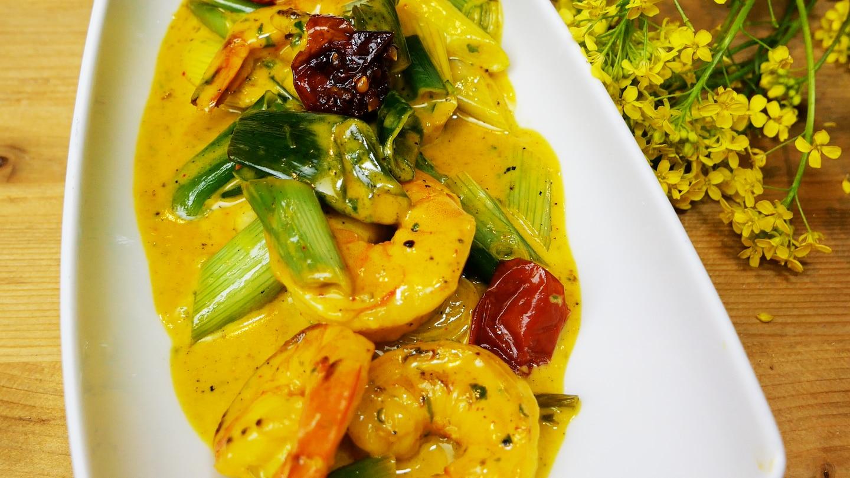Exotischer Salat aus Garnelen und Frühlingszwiebeln mit gelber Currysoße