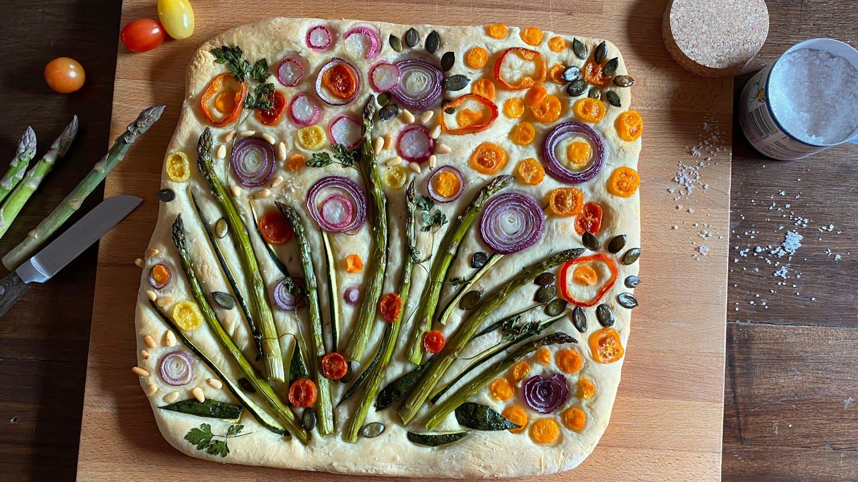 Italienischer Hefeteig mal anders: Gemüse auflegen und als Blumenwiese arrangieren und backen