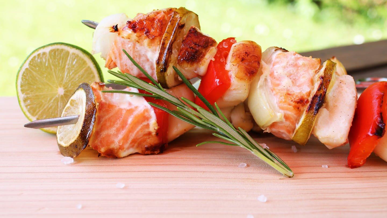 Grill-Spieß mit Lachs, Paprika und Limette und Rosmarin