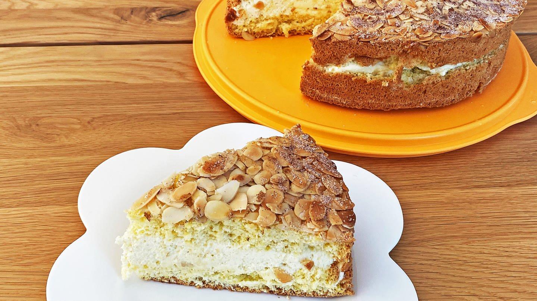 Bienenstich-Kuchen , ein ganzer Kuchen und davor ein Stück davon