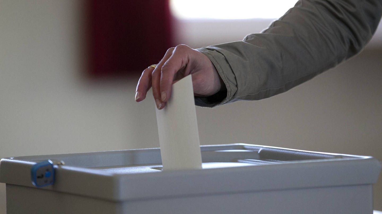 Stimmabgabe in eine Wahlurne (Foto: Imago, Eibner)