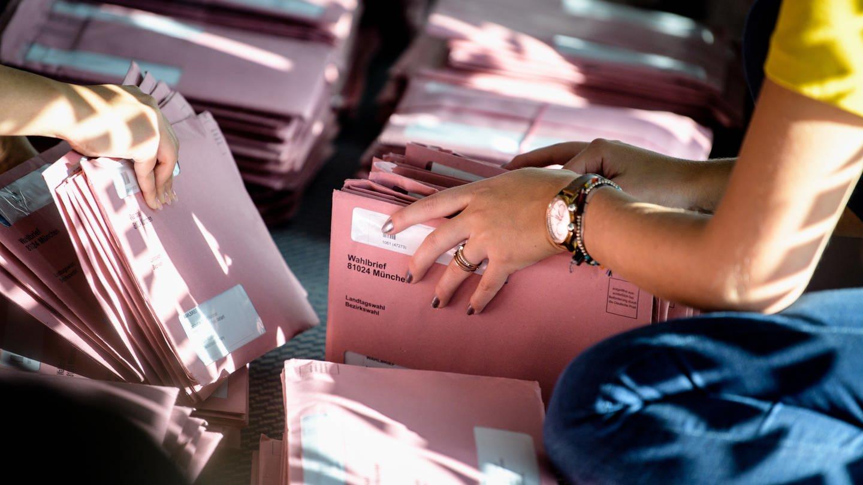 Wahlhefer bei einer Landtagswahl in Bayern (Foto: dpa Bildfunk, Picture Alliance)