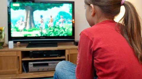 Weil die Schule wegen Corona ausfällt schaut ein Mädchen fernsehen. (Foto: dpa Bildfunk, (c) dpa)