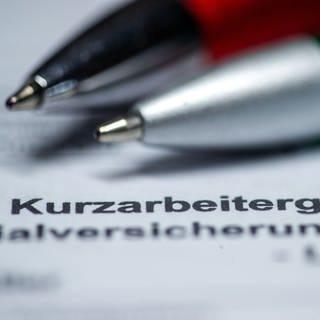 Symbolbild: Ein Antrag auf Kurzarbeitergeld auf dem zwei Kugelschreiber liegen. (Foto: dpa Bildfunk, picture alliance/Jens Büttner/dpa-Zentralbild/dpa)