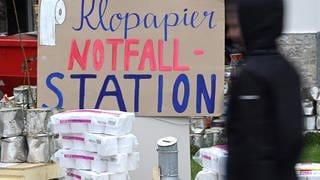 Bei dem christlichen Zentrum Mühle Weingarten ist eine Klopapier Notfall-Station aufgebaut. (Foto: dpa Bildfunk, picture alliance/dpa)