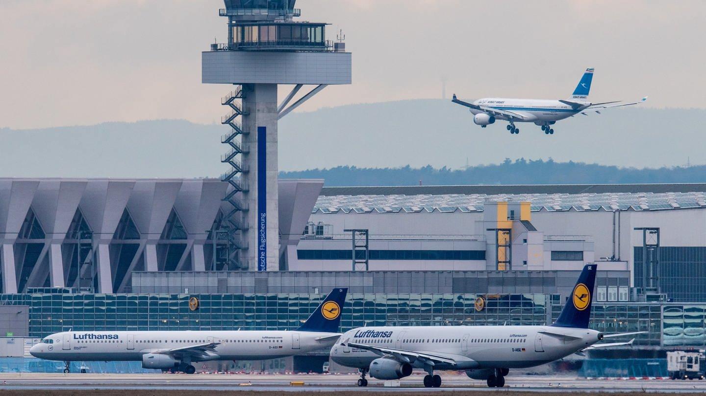 Neben dem Tower des Flughafens von Frankfurt am Main eine Maschine zur Landung an. (Foto: dpa Bildfunk, picture alliance/Boris Roessler/dpa)