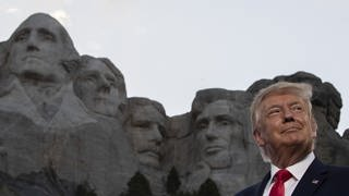 Donald Trump, Präsident der USA, lächelt am Denkmal Mount Rushmore. (Foto: dpa Bildfunk, picture alliance/Alex Brandon/AP/dpa)